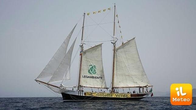 L'imbarcazione della Goletta Verde