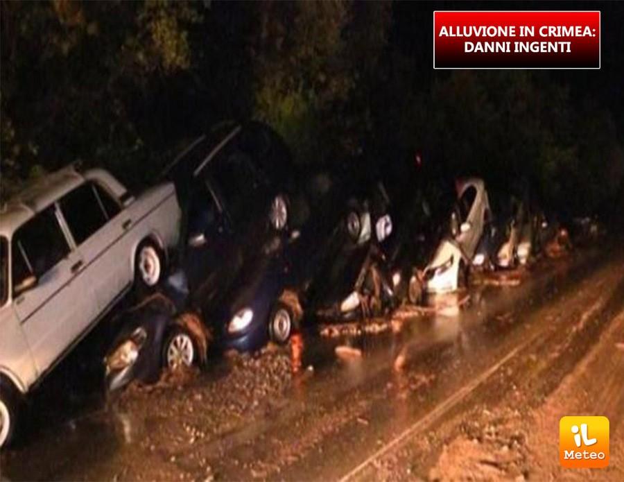 Il dòmino di auto colpite dalla colata di fango e acqua