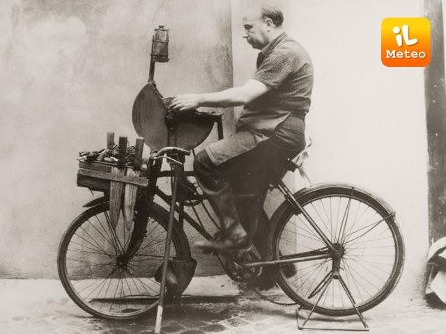 L'arrotino nell'antichità in bicicletta e mola per l'affilatura