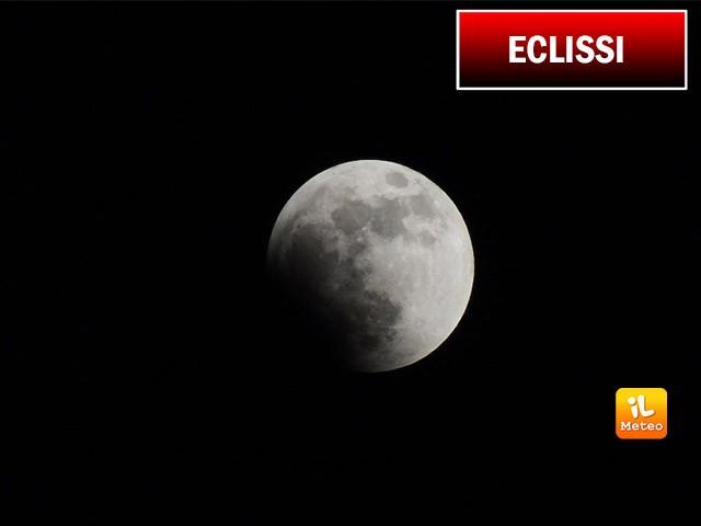 Lo spettacolo dell'eclissi di Luna nei cieli dell'Italia