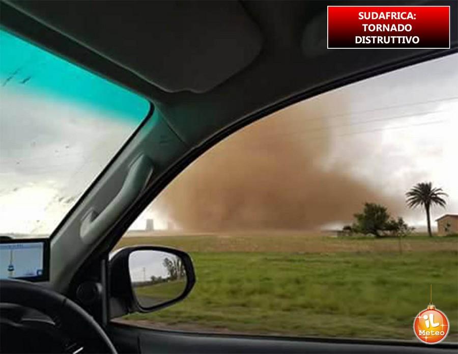 Sudafrica, tornado distruttivo provoca ingenti danni