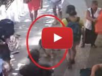 POSITANO: UOMO-CANE a spasso tra i TURISTI. Il VIDEO è ormai VIRALE