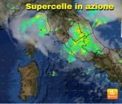 METEO DIRETTA URGENTE: SUPERCELLA in AZIONE, anche ROMA sotto NUBIFRAGIO, video su Facebook diretta