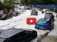 Meteo Cronaca Diretta Video: Napoli, Pazzesca Grandinata Imbianca la Città Creando Disagi