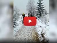 CRONACA VIDEO: BELGIO, ciclista butta a TERRA una BIMBA durante l'allenamento. Rischia la PRIGIONE. Le IMMAGINI