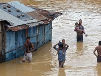 INDIA | piogge TORRENZIALI in diversi STATI, 35 vittime e danni INGENTI [VIDEO]
