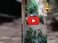 Meteo Cronaca DIRETTA: CALABRIA, ALLUVIONE LAMPO a SOVERATO, le auto SPROFONDANO nel TERRENO. Il VIDEO